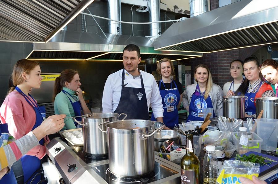 Израильский шеф-повар Владимир Ташаев с участниками кулинарного мастер-класса