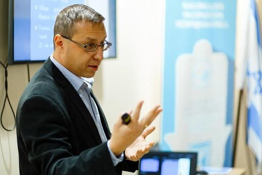 Алекс Гамарник читает лекцию на бизнес-семинаре