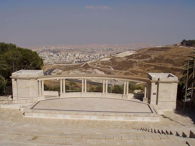 800px-Amfiteatron-al-shem-Rothberg_scopus_wiki