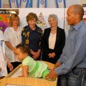 Ализа Ольмерт, жена премьер-министра Израиля, и первая леди США Лаура Буш посетили иерусалимскую поликлинику. Отделение Службы матери и ребенка,  май 2008 год.  Mark Neyman (c) Israeli Government Press Office.