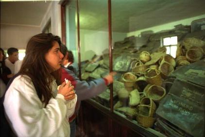 """Израильские подростки в музее лагеря смерти """"Освенцим"""". 1991 г"""