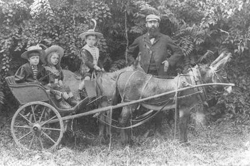 Герцль со своими тремя детьми: Гансом, Паулиной и Трудой, 5660 год – 1900