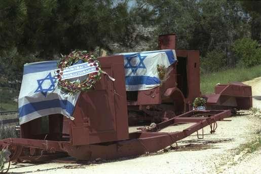 Бронетранспортеры, покрытые флагами государства Израиль и цветами возле Шаар hаГай, по дороге на Иерусалим.  Во время Войны за Независимость, будучи в дороге на бой за осажденный Иерусалим, эти бронетранспортеры были поражены вражескими снарядами.