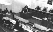Процесс военного преступника Адольфа Эйхмана. Эйхман стоит в     застекленной кабинке (слева). Иерусалим.18.04.1961.