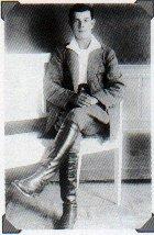 Молодой человек в английских бриджах и рубашке с воротником по польской моде