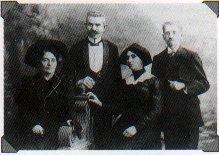 Элиэзер Бен-Йехуда (крайний справа). Рядом с ним его жена Хемда - автор первых статей на тему моды и печати на иврите
