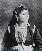 Женщина в головном уборе