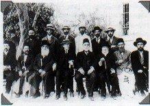 Группа руководителей еврейских поселений (1914). Обращает на себя внимание разнообразие западных и восточных головных уборов