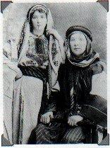 Девушки в одежде, отражающей арабское влияние. Фотоснимок начала 20-го века