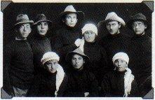 Члены киббуца Дгания из Второй алии в нарочито небрежной одежде, почти одинаковой на юношах и девушках
