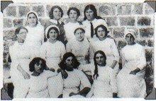Женщины на ферме в поселении Кинерет. На одной из них мужской галстук