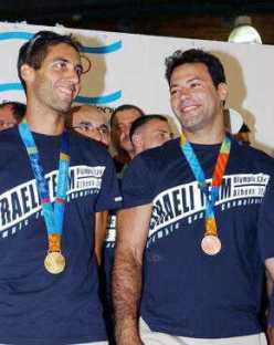 Галь Фридман (с права) и Арик Зеэви. Афины, 2004 год