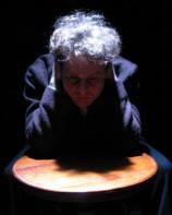 Сцена из спектакля театра КАМ. Фото: Йоси Цвекер