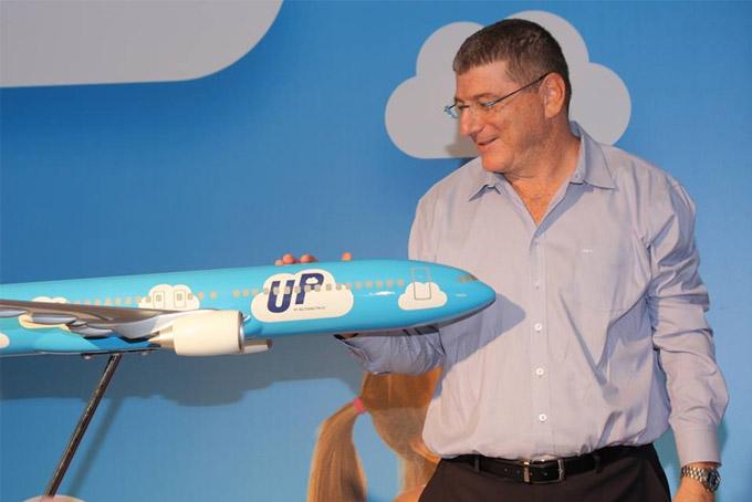 Элиэзер Шкеди с макетом самолета нового бренда UP. Фото: Валерий Розенблат
