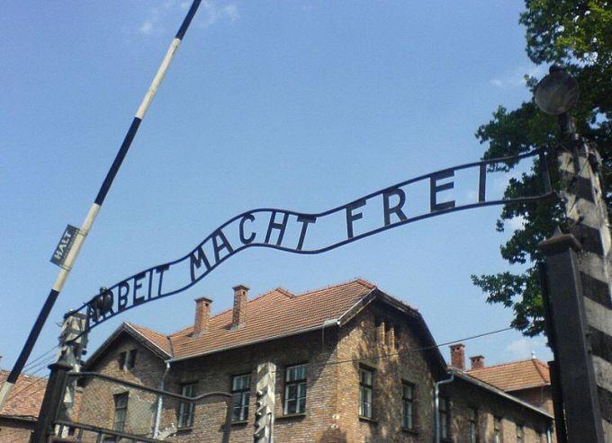800px-Auschwitz_entrance