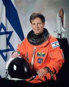 480px-Ilan_Ramon,_NASA_photo_portrait_in_orange_suit