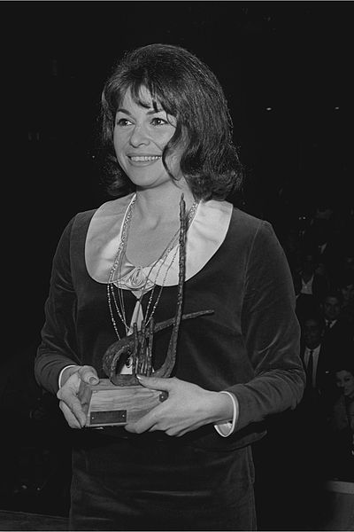 Gila_Almagor_awarded_Kinor_David_1964