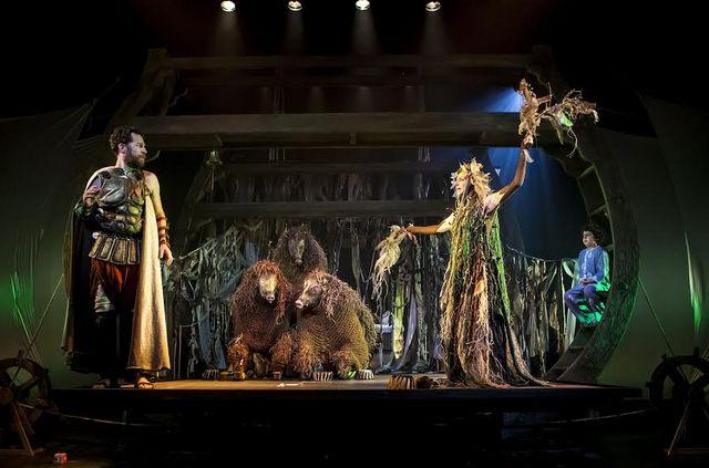 Сцена из спектакля «Странствия Одиссея» в театре «Гешер»