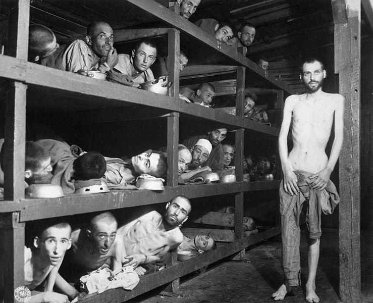 Фотография из концентрационного лагеря Бухенвальд. На ней мы можем видеть Эли Визеля. Он лежит на втором ярусе нар, седьмой слева. Здесь ему не больше 17 лет, но он выглядит стариком. Фото: Википедия. (кликните на снимок, чтобы его увеличить)