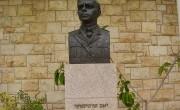800px-PikiWiki_Israel_19022_Sculpture_of_Zeev_Jabotinsky_in_Avihayil