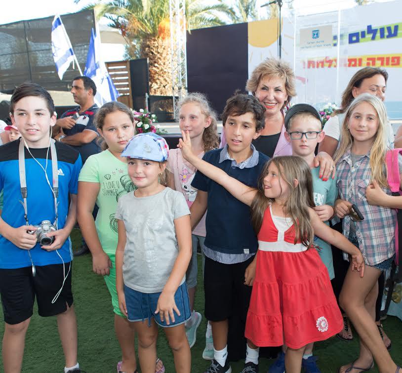 Министр репатриации и абсорбции Софа Ландвер с юными репатриантами и их родителями