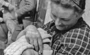 מעפילה צעירה עם תינוקה על סיפון אנייה, ללא תאריך אוסף משפחת רימון, חיפה S (Medium)