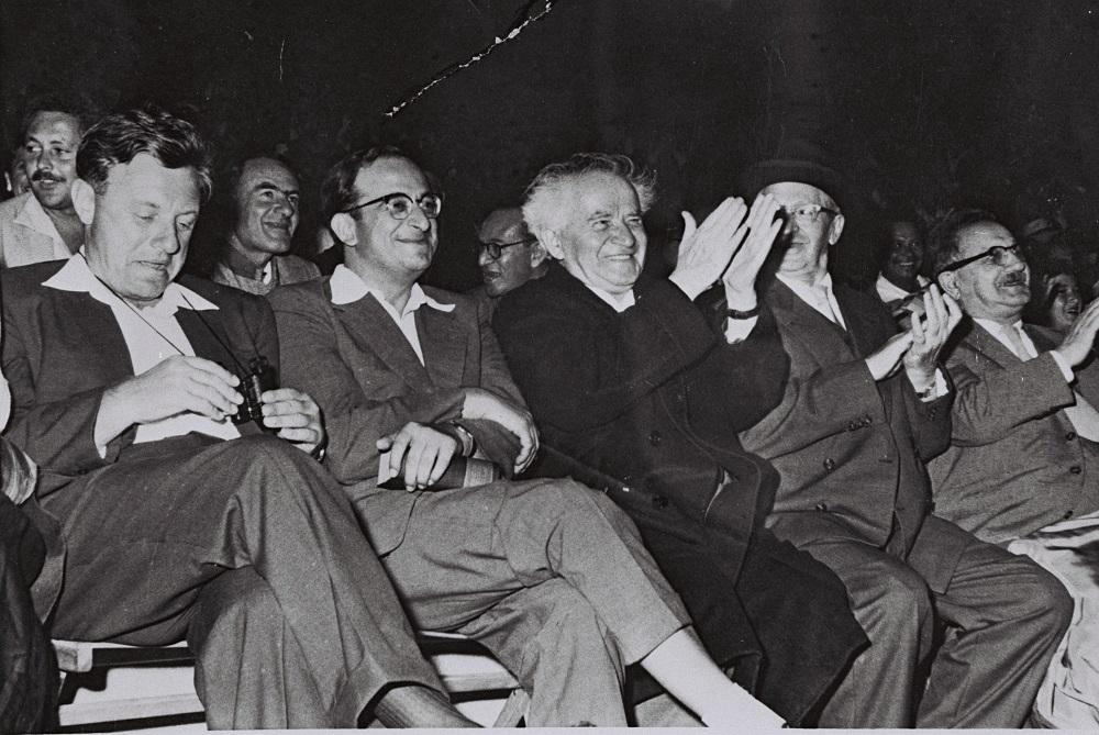 Ицхак Бен-Цви, Давид Бен-Гурион, Ицхак Навон и Тедди Колек на первой Олимпиаде по ТАНАХу в 1958 году. Фото: Википедия