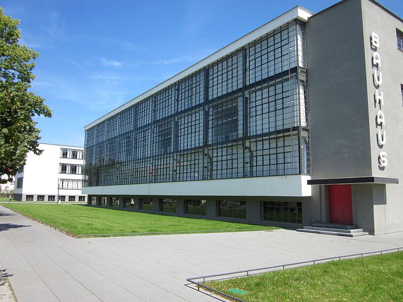 Здание в стиле баухаус в Дессау, Германия
