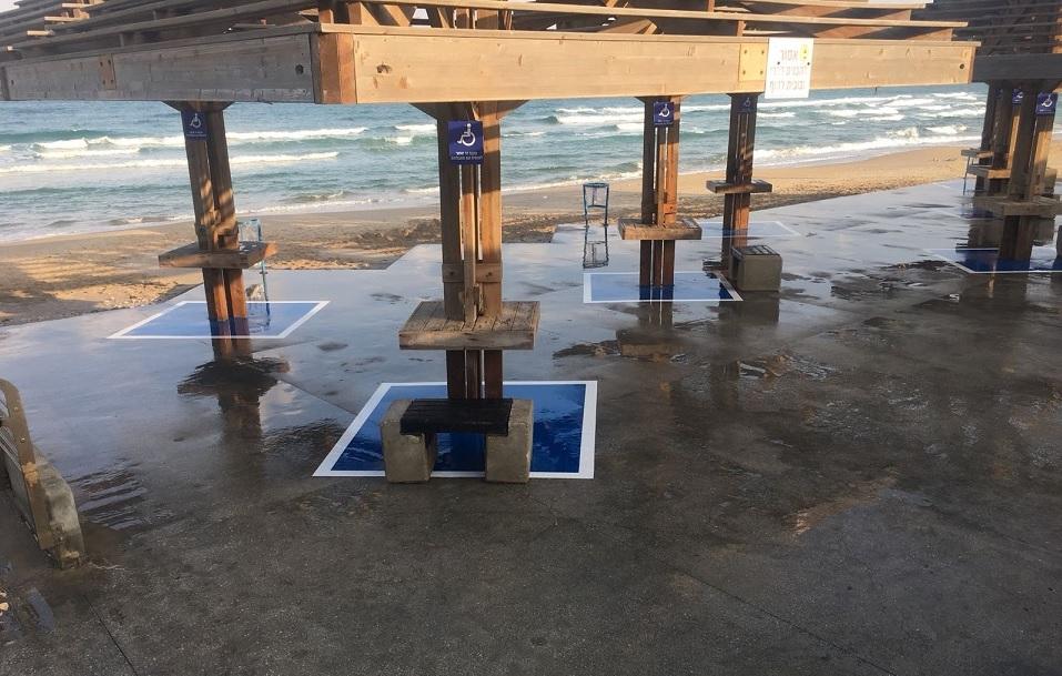 Специальная маркировка мест под навесами на пляжах Хайфы