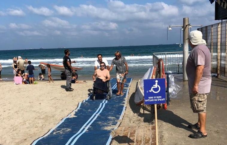 Специальные дорожки для спуска в воду инвалидных колясок на пляжах Хайфы