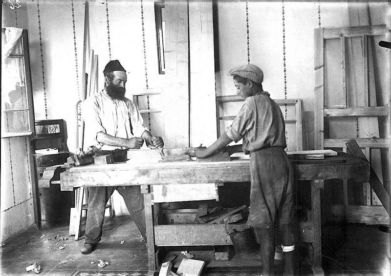 Столярная мастерская в Бней-Браке. 20-е годы. Фото: Цви Орон-Орушкисс