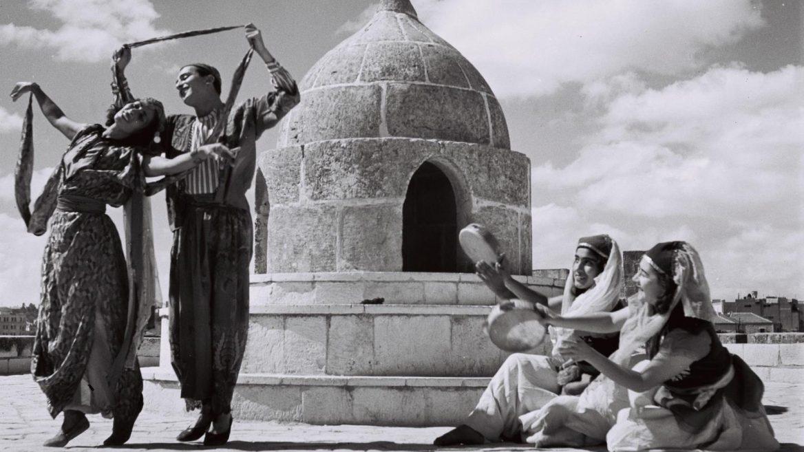 Бухарский танец в исполнении артистов балета Рины Никовой в Иерусалиме. 1946. Фото: Золтан Клугер