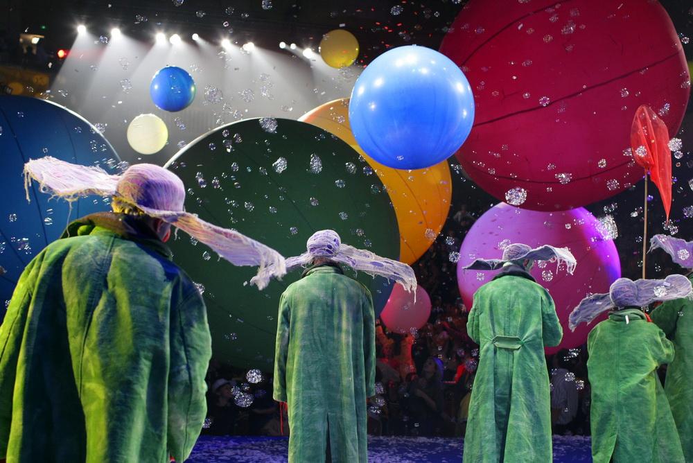 Slava Snowshow standing up clowns by Vladimir Mishukov