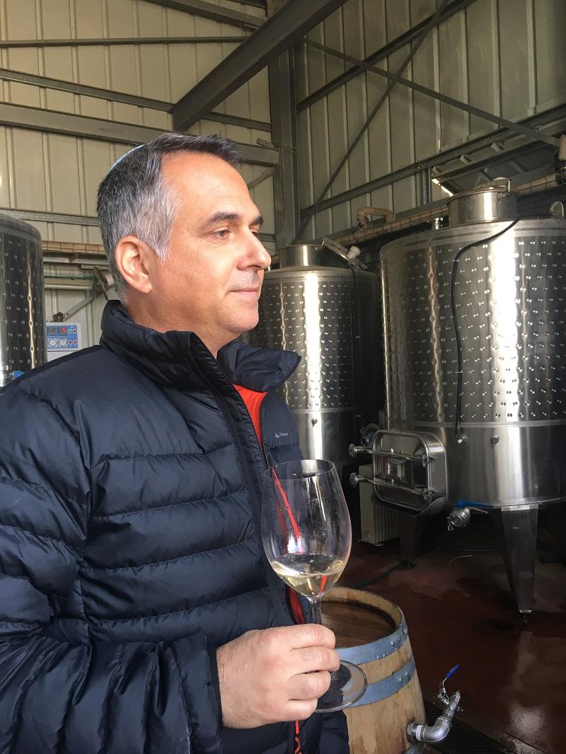 Д-р Эльяшив Дрори в экспериментальной винодельне Ариэльского университета