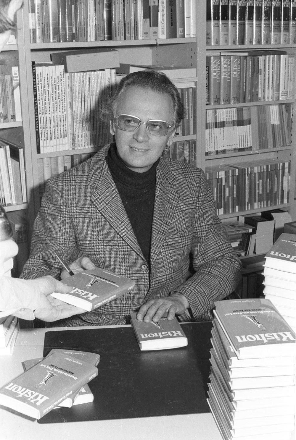 Эфраим Кишон подписывает свои книги. Фото: Википедия